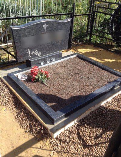 Гранитный памятник на 3 могилы