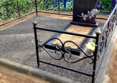 благоустройство могилы гранитной крошкой