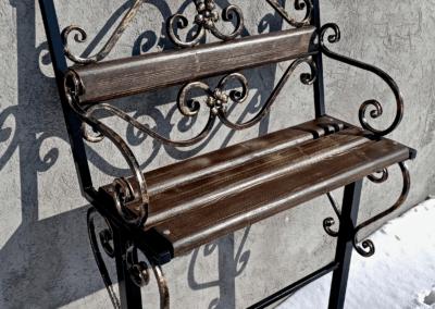 кованная лавочка на кладбище
