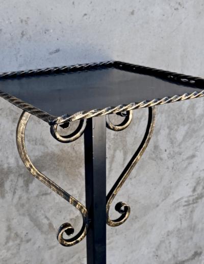 Кованный столик на кладбище